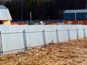 Заваливающийся забор