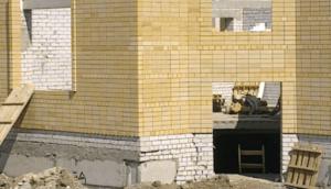 Треснувший фундамент при строительстве
