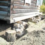 Как поднять деревянный дом для ремонта фундамента